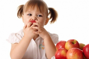 Elma yediğimizde sanki hiçbir şey yememiş gibi hissederiz. Hatta açlığımızı bastırmak için yediysek hemen ardından daha fazla acıkıyoruz. Çünkü elmanın yüzde 85'i sudan, yüzde 12'si karbonhidrattan ibaret. Bu nedenle yediğimizde tokluk hissi yaratmaz.