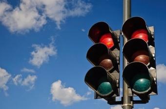 Bir süre sonra beyaz sinyal problem yaratmaya başladı. Beyaz renkli 'geç' sinyali diğer sokak lambaları ile karıştırılabiliyordu. Ama daha da kötüsü 'dur' işaretlerine konulan kırmızı mercekler yerlerinden düşünce ışık beyazlaşıyor, 'geç' sinyali olarak algılanıyor ve kazalara yol açabiliyordu.