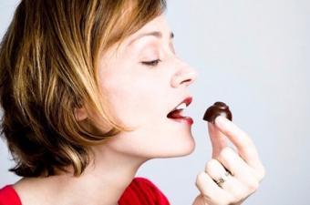 Örneğin beyaz çikolata bunun için uygun değil çünkü kakao oranı çok düşük. Sütlü çikolata da çok fazla süt ve şeker içerdiği için kakaonun faydalarını sunamıyor. Acı çikolatadaysa kakao oranı çok yüksek.