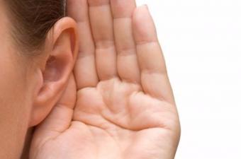 O sırada beyniniz sesin geldiği yeri saptamaya çalışıyor, kulak kepçesi de duyulan sesin iniş çıkışındaki nüansları abartıyor. Herkesin kulak şekli farklı. Ama doğduğumuz andan itibaren seslerle iç içe olduğumuz için kulağımızın şekline enuygun ayarı kullanıyoruz.