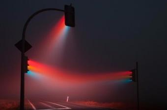 Sonunda demiryolcular kırmızıyı 'dur', yeşili 'geç' sarı rengi de 'ikaz' sinyali olarak kullanmaya başladılar. Bilindiği gibi sarı, renk spektrumu içinde en göz alıcı renktir. Böylece makinist bir sinyalin bulunması gereken yerde beyaz ışığı görürse, bir şeylerin yanlış olduğunu anlıyor ve tedbirini alıyordu.