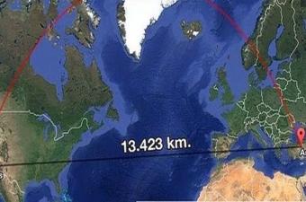 Dünya yüzeyi küresel bir eğri olduğu için, iki nokta arasındaki en kısa mesafe de dümdüz yerine eğri bir çizgi olmaktadır. İki boyutlu düzlemde bu çizgilere baktığınızda gerçek en kısa mesafe çizgisi, doğrusal mesafeden çok daha uzun gözükür.