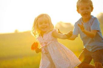 Güneş ışığı neden saçlarımızı açarken tenimizi koyulaştırıyor?