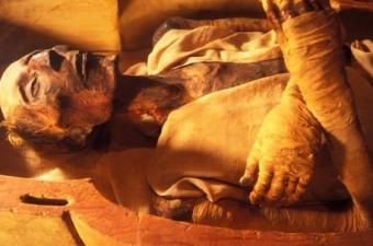Mısırlılar, tüm organları çıkarıp, bedeni içten dışa tuzlu bir karışımla kaplıyorlardı. Aradan 40 gün geçtiğinde, tuzlama işlemi geriye kalan tüm nemi emmiş oluyordu.