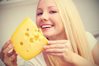 İngiltere'de yapılan bir araştırmada bu soruya cevap arandı. 200 gönüllüye bir hafta boyunca her gece 20 gr peynir yediren araştırmacılar peynirin uykuyu kaçırmadığı gibi kabus görmeye de sebep olmadığını ortaya koydu. Yani bu mit bilimsel olarak test edildi ve yanlış olduğu kanıtlandı.