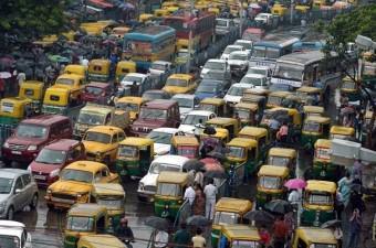 HİNDİSTAN Dünyanın en hızlı gelişen ülkelerden biri olarak gösterilen Hindistan'ın yoğun nüfusunun getirdiği ihtiyaç ülkeyi dünyanın en fakir ülkelerinden biri haline getiriyor.