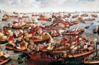 Haçlı donanmasının savunma yapacağını düşünürken beklemedikleri bir anda cesur bir şekilde hücuma kalkan Barbaros Hayreddin Paşa, Haçlı ordusunu büyük bir hezimete uğratarak savaşı kazanmıştır.