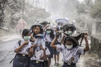 2010 yılında tekrar aktif hale gelen Endonezya'nın Sumatra Adası'nda bulunan Sinabung Yanardağı volkanik aktivitesine devam etti. Yanardağdan yükselen duman ve küller Karo kentindeki Gamber Köyü'nden de gözlemlendi. Endonezyalılar kül ve dumandan etkilenmemek için maske taktı.