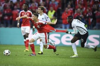 15. Avrupa Futbol Şampiyonası (EURO 2016) A grubunda İsviçre, Fransa ile Lille'deki Stade Pierre Mauroy'da karşılaştı. Fransa takımından Paul Pogba (sağ) bir pozisyonda İsviçreli Granit Xhaka (sol) ile mücadele etti. Mücadele sırasında İsviçreli oyuncunun forması yırtıldı.