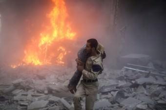 Suriye ordusuna ait bir savaş uçağının, Halep'te muhaliflerin kontrolündeki Ensari semtine düzenlediği hava saldırısı sonucu yaralananlar, sivil savunma ekiplerince sahra hastanelerine kaldırıldı.