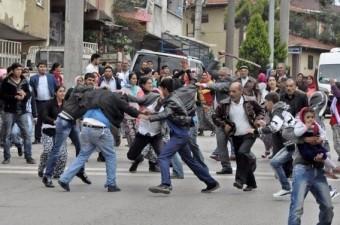 Kocaeli'nin Gebze ilçesinde iki aile arasında çıkan kavgada tekme,yumruk,taş ve sopalar adeta havada uçuştu.  Fotoğraf: Refik Fidan