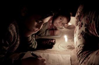 Manisa'da 7 yıl önce ayrıldığı eşi tarafından oturduğu ev başkasına satılan 3 çocuk annesi, kış günü çocuklarıyla birlikte sokakta kalma tehlikesiyle karşı karşıya kaldı. Okula giden 3 çocuk hayatlarını mum ışığında sürdürüyor.