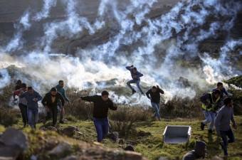 Batı Şeria'nın Ramallah kentindeki Ofer Hapishanesi yakınında toplanan bir grup Filistinli, İsrail hapishanelerindeki Filistinli tutuklulara destek gösterisi düzenledi. İsrail askerleri, göstericilere göz yaşartıcı gaz bombasıyla müdahale etti.
