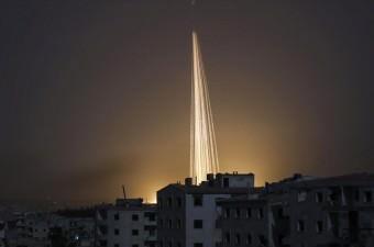 Rus ordusuna ait savaş uçakları, Halep'te muhaliflerin kontrolünde yer alan Kafr Hamra beldesindeki yerleşim yerine hava saldırısı düzenledi. Saldırıda ''fosfor'' bombası kullanıldığı iddia edildi.