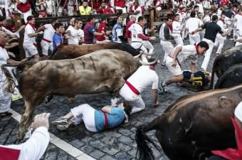 İspanya'nın dünya çapında en ünlü kültürel etkinliklerinden biri olan Pamplona kentindeki San Fermin Festivali'nde insanlarla boğaların sokakta birlikte koştukları etkinlik gerçekleştirildi. Etkiliğe katılıp koşu sırasında düşen bazı katılımcılar yaralandı.