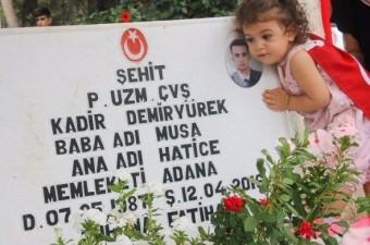 Mardin'in Nusaybin ilçesinde PKK'lı teröristler tarafından bir eve tuzaklanan bombanın patlaması sonucu şehit olan Uzman Çavuş Kadir Demiryürek'in 20 aylık kızı, kurban bayramı öncesi babasının mezarını ziyaret etti