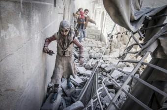 Suriye'nin kuzeyindeki Halep ilinde Rejim ve Rus savaş uçaklarının Firdevs semtindeki yerleşim yerlerine saldırması sonucu çok sayıda bina yıkıldı. Siviller, saldırı düzenlenen bölgeden uzaklaştı.