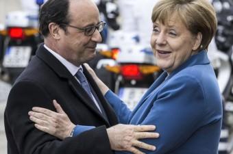 Almanya Başbakanı Angela Merkel (sağda), Almanya'nın Hannover kentinde bulunan Schloss Herrenhausen Sarayı'nda, ABD Başkanı ve Avrupa liderlerinin bir araya geldiği toplantıya katılmak için gelen Fransa Cumhurbaşkanı François Hollande'yi (solda) kapıda karşıladı.