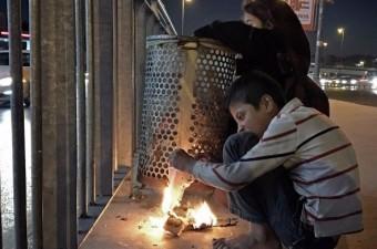 Sokakta kalan Suriyeli çocuklar Bakırköy`de çöpten buldukları kağıtları ısınmak için yakıyorlar.  Fotoğraf: Hasibe Karadağ