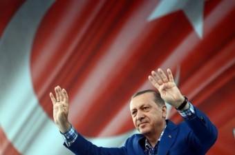 Cumurbaşkanı Recep Tayyip Erdoğan, Gaziantep'te 15 Temmuz Demokrasi Meydanı'nda düzenlenen, `Birlik, Beraberlik ve Kardeşlik Mitingi'ne katıldı. Konuşması sonrası Erdoğan, vatandaşları selamladı.