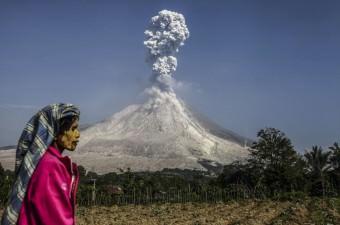 2010 yılında tekrar aktif hale gelen Endonezya'nın Sumatra Adası'nda bulunan Sinabung Yanardağı volkanik aktivitesine devam etti. Sinabung Yanardağı'nda gerçekleşen patlama sonucu oluşan kül bulutu, Kuzey Sumatra'nın Karo şehrine bağlı Kuta Tengah köyünden görüldü.