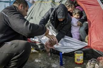 Yunanistan'ın, Makedonya sınırındaki İdomeni kasabasında bulunan sığınmacı merkezindeki çoğu Iraklı ve Suriyeli olan 12 bini aşkın sığınmacının, daha iyi bir yaşam umuduyla Batı Avrupa ülkelerine gitmek için bekleyişleri devam etti. Bir aile, sınıra yakın yerde kendi kurdukları çadırlarda doğan bebeklerini pet şişedeki suyla yıkadı.