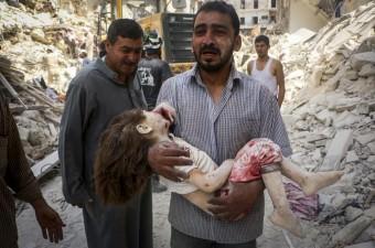 Suriye ordusuna ait savaş uçağının Halep'te Tarik el-Bab semtindeki sivil yerleşim yerine düzenlediği hava saldırısı sonucu yaralananlar, sivil savunma ekipleri ve vatandaşlar tarafından bölgeden uzaklaştırıldı.