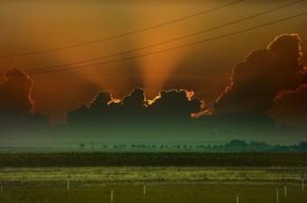 Suriye sınırının sıfır noktasında bulutların arasından sızan güneş ışıkları, seyri güzel bir manzara oluşturdu.  Fotoğraf: İsmail Coşkun