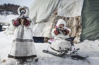 New York'ta 1903 yılından bu yana devam eden geleneği yaşatmak isteyen yaklaşık 3 bin kişi, yılın ilk gününde soğuk havaya aldırış etmeden mayo ve kostümlerle Atlantik Okyanusu'na girdi.