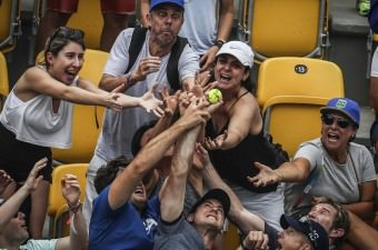 Brezilya'nın Rio De Janeiro kentinde yapılan Rio 2016 Yaz Oyunlarında kadınlar teniste Amerikanı tenisçi Serena Williams ile Avustralyalı raket Daria Gavrilova karşılaştı. Maç sonu Serena Williams seyircilere tenis topu fırlatırken sporseverler topu kapmak için mücadele etti.