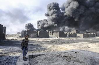 Terör örgütü DEAŞ'ın ateşe verdiği Musul'un Kayyara kasabasındaki ham petrol kuyusu bölge sakinleri ve özellikle de çocukların hayatını tehdit ediyor.