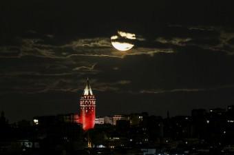 21'inci yüzyılın en büyük Süper Ay'ı, İstanbul'da Galata Kulesi ile birlikte izlendi.