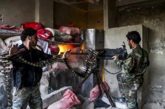 Suriye'nin başkenti Şam'ın Cobar bölgesinde rejim güçleri ile Özgür Suriye ordusuna bağlı ''Feylek er Raman'' birlikleri arasında çatışma çıktı. ÖSO'ya bağlı birlikler, rejim güçlerine ağır silahlarla saldırdı.