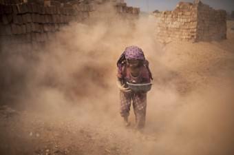 Bangladeş'in başkenti Dakka'da bulunan bir tuğla imalathanesinde, çocuk yaştaki işçiler tuğla atıklarının arasında kömür topluyor. Tozun insan hayatındaki olumsuz etkilerine aldırış etmeyen çocuk işçiler, aile bütçelerine katkıda bulunabilmek amacıyla haftalık 4 dolar karşılığında çalışıyor.