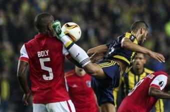 UEFA Avrupa Ligi son 16 turu ilk maçında Fenerbahçe, Portekiz'in Braga takımı ile Ülker Stadı'nda karşılaştı. Bir pozisyonda Fenerbahçeli Josef de Souza (sağda), Bragalı Willy Boly (5) ile mücadele etti.