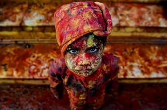 Hindistan'da ülkenin kuzeyindeki Mathura bölgesinde binlerce Hintli, Nandgaon köyündeki tapınakta bir araya gelerek Lathmar Holi'yi kutladı.