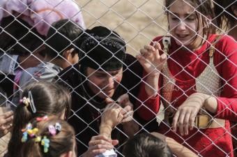 DEAŞ'ın kontrolündeki Musul'un Hamdaniye ilçesine bağlı Topzava köyünden kaçan iç göçmenler, Hazır kampında DEAŞ işgalinden bu yana göremedikleri yakınlarıyla buluştu. Güvenlik nedeniyle giriş ve çıkışların yasak olduğu kampta iç göçmenler, DEAŞ işgalinden kaçan yakınları ile tel örgülerin ardından hasret giderdi. Buluşma esnasında bazı vatandaşlar, gözyaşlarını tutamadı.