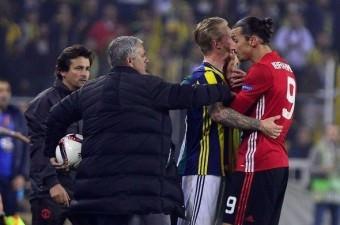 Fenerbahçe-Manchester United maçında Zlatan Ibrahimovic, Simon Kjaer`in boğazını sıktığı o an.  Fotoğraf: Mehmet Şirin Topaloğlu