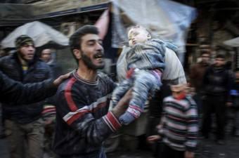 Suriye'de Rus uçakları, muhaliflerin kontrolündeki Sukeri mahallesine saldırı düzenledi. Yerleşim birimlerinin yanısıra pazar yeri ve bir sağlık merkezinin de isabet aldığı saldırıda hayatını kaybeden bir bebek, babası tarafından enkaz altından ölü olarak çıkartıldı.