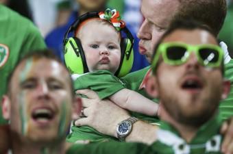 Euro 2016 Avrupa Futbol Şampiyonası E Grubu mücadelesinde İtalya ile İrlanda Cumhuriyeti, Lille'deki Stade Pierre Mauroy'da karşılaştı. İrlanda Cumhuriyeti'nden taraftarlar takımlarına destek verdi. Minik bir taraftara sesten etkilenmemesi için kulaklık takıldı.