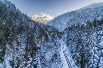 Rize'nin Çamlıhemşin ilçe sınırları içerisinde bulunan Kaçkar Dağları Milli Parkı kar yağışı sonrası beyaza büründü.