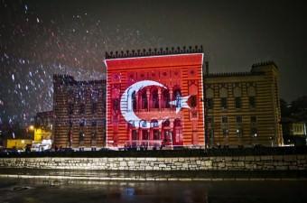 Bosna Hersek'in başkenti Saraybosna'nın en önemli sembollerinden Vijecnica Kütüphanesi, Türkiye ve Belçika'daki terör saldırıları sonrası Türk ve Belçika bayraklarının renkleriyle ışıklandırıldı.