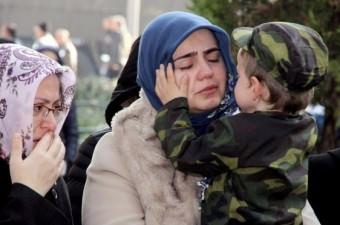 Diyarbakır'ın Lice ilçesinde şehit olan Jandarma Uzman Çavuş Mehmet Arıyeşil, memleketi Eskişehir'de son yolculuğuna uğurlandı. Şehidin 3 yaşındaki oğlunun, annesinin gözyaşlarını silme anı yürekleri dağladı.  Fotoğraf: Burak Tekin