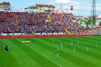 Spor Toto Süper Lig'de Trabzonspor ile Fenerbahçe arasında oynanan maçta hakem Volkan Bayarslan bir taraftarın saldırısına maruz kaldı. Yapılan bu saldırı sonrası Trabzonsporlu futbolcular Eskişehirsporlu futbolcular ve hakemlerle beraber orta yuvarlağın etrafında toplanmadılar ve hakemlere arkalarını döndüler.