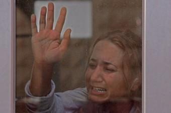 Adana'da bir süredir ayrı yaşayan ve konuşmak için bir araya geldikleri sırada kocasıyla birlikte 2 yaşındaki kızının yanında öldürülen Özgecan Arslan'ın kız kardeşi Özlem Hüküm kardeşini son yolculuğuna uğurlarken sinir krizi geçirdi.  Fotoğraf: Fati