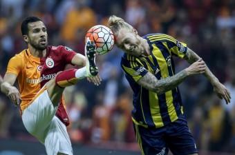 Spor Toto Süper Lig'de Galatasaray ile Fenerbahçe erteleme maçında, Türk Telekom Arena'da karşı karşıya geldi. Bir pozisyonda Galatasaraylı oyuncu Yasin Öztekin (sol) ile Fenerbahçeli futbolcu Simon Kjaer (sağ) mücadele etti.
