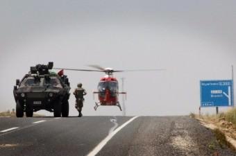 Diyarbakır'da askeri aracın geçişi sırasında yapılan saldırıda 7 asker yaralandı. Yaralı askerler yola inen helikopter ile Diyarbakır Askeri Hastanesi'ne kaldırılarak, tedavi altına alındı.  Fotoğraf: Burak Emek