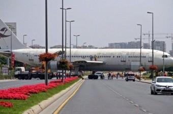 Atatürk Havalimanı'ndan restoran yapılmak üzere vinç yardımıyla çıkartılan hurda uçak, trafikte ilginç görüntü oluşturdu.  Fotoğraf: Ferhat Yasak