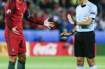 2016 Avrupa Futbol Şampiyonası (EURO 2016) F Grubu'nda Portekiz ve İzlanda, Saint - Etienne'deki Stat Geoffroy Guichard'de karşılaştı. Portekiz Milli Takımı oyuncusu Cristiano Ronaldo (solda) hakem Cüneyt Çakır'a (sağda) itiraz etti.