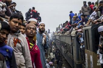 Her yıl Bangladeş'in Tongi kentinde toplanan müslümanlar Biswa Ijtema etkinliği için Turag Nehri kıyısında bir araya geldi.